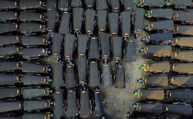 24h qua ảnh: Xe tuk-tuk đỗ kín bãi ở Bangkok vì không có du khách