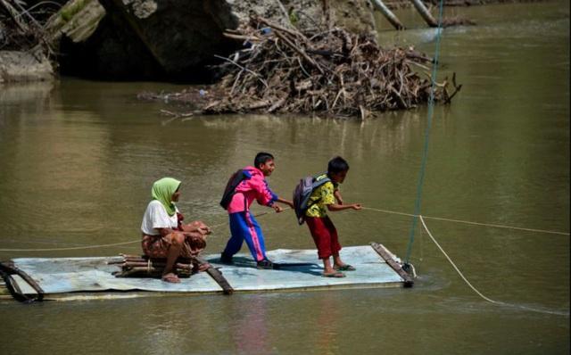 24h qua ảnh: Học sinh kéo dây vượt sông để tới trường