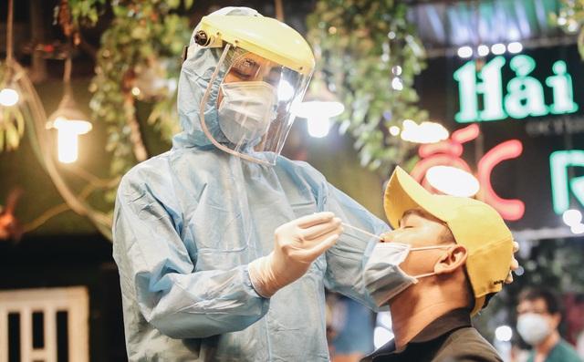 Đang nhậu ở Sài Gòn thì bất ngờ được lấy mẫu xét nghiệm Covid-19: Người thích thú, người lo lắng định bỏ về