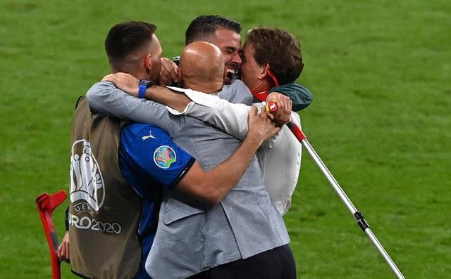 Người hùng của tuyển Italia mỉa mai fan Anh; HLV Mancini hết lời ca ngợi học trò