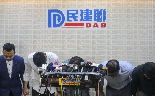 Hoàn Cầu công nhận phe dân chủ Hồng Kông thắng áp đảo, lãnh đạo nhóm ủng hộ Đại lục cúi đầu xin lỗi cử tri