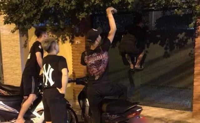"""Hay tin Vũ trả Thư 3 tỷ, nhóm thanh niên liền đến cửa nhà ông Sơn """"Về nhà đi c.on"""" đòi nợ gây xôn xao MXH"""