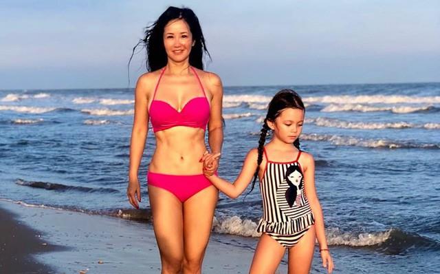 Diva Hồng Nhung diện bikini hai mảnh, khoe cơ bụng hoàn hảo ở độ tuổi U50