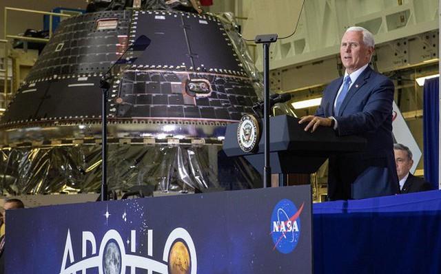 Ảnh: Phó Tổng thống Mike Pence trên bục sân khấu phát biểu tại lễ kỷ niệm 50 năm hạ cánh mặt trăng của NASA