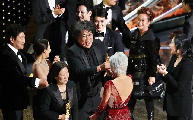 """Ký sinh trùng đoạt 4 giải Oscar: 92 năm lịch sử của Oscar đã bị phá vỡ khiến cả thế giới """"rúng động"""""""
