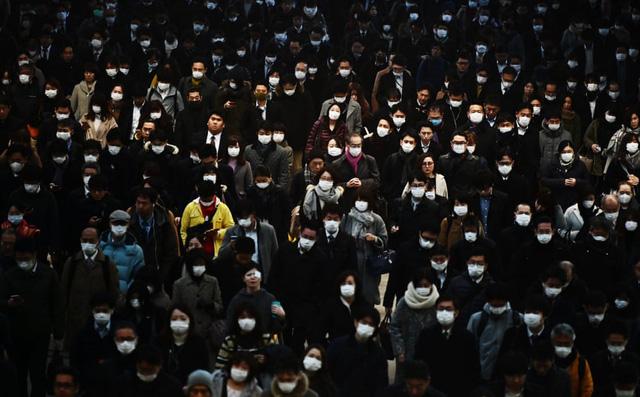 7 ngày qua ảnh: Người Nhật đứng chờ đông nghịt tại ga tàu điện ngầm