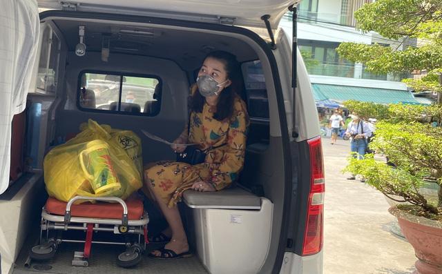 Giám đốc Sở Y tế bật khóc, bác sĩ điều trị hứa sẽ tiếp tục chiến đấu ngày 3 bệnh nhân Covid-19 ra viện