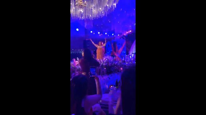 NSƯT Xuân Hinh giả gái diễn đám cưới khủng ở Hải Phòng, vạch áo lộ nửa người khiến khán giả choáng - Ảnh 2.