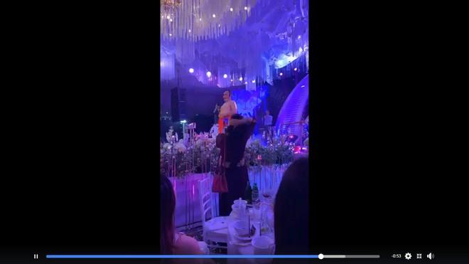 NSƯT Xuân Hinh giả gái diễn đám cưới khủng ở Hải Phòng, vạch áo lộ nửa người khiến khán giả choáng - Ảnh 3.