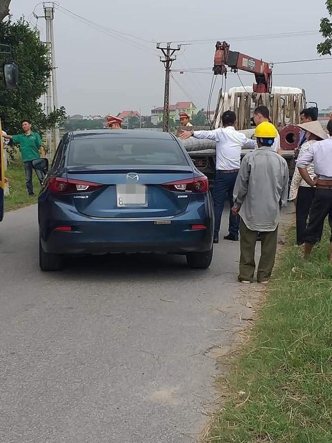 Cột điện xuyên thủng kính xe hơi, hiện trường để lại khiến người ta sợ hãi - Ảnh 1.