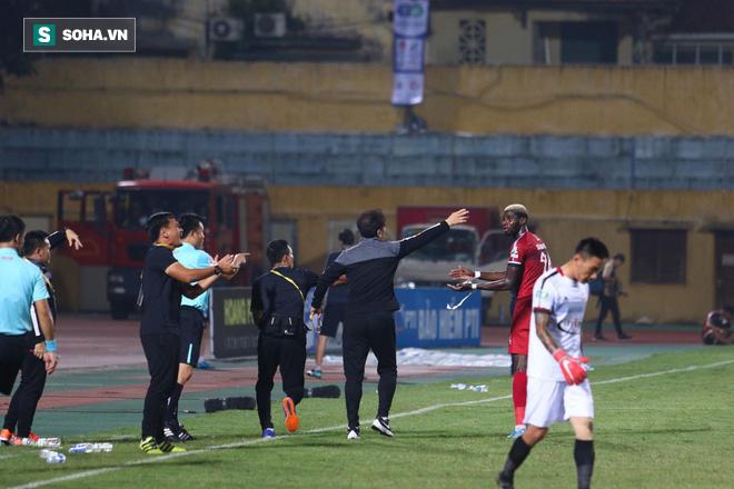 Hà Nội ghi bàn thắng ma, HLV Hàn Quốc có phản ứng lạ khi cầu thủ TP HCM quây trọng tài - Ảnh 16.