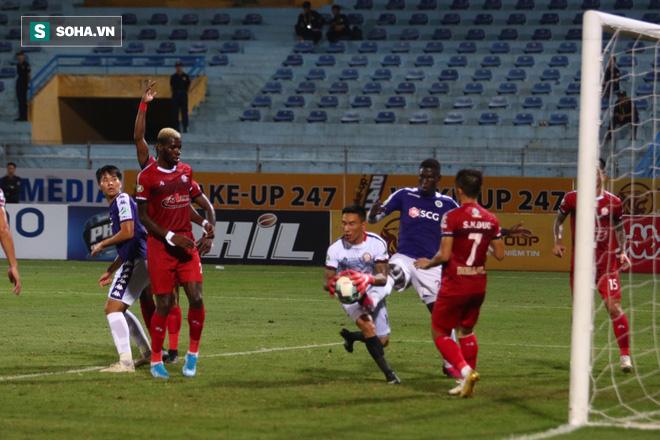Hà Nội ghi bàn thắng ma, HLV Hàn Quốc có phản ứng lạ khi cầu thủ TP HCM quây trọng tài - Ảnh 3.