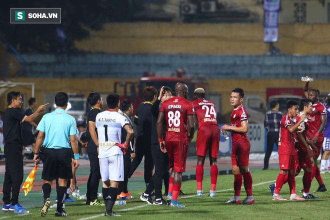 Hà Nội ghi bàn thắng ma, HLV Hàn Quốc có phản ứng lạ khi cầu thủ TP HCM quây trọng tài - Ảnh 15.