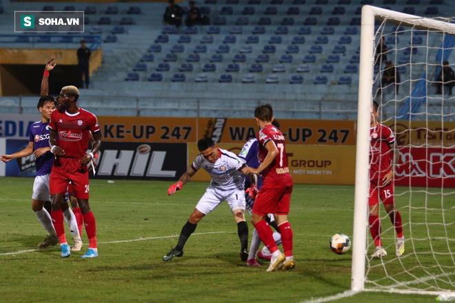 Hà Nội ghi bàn thắng ma, HLV Hàn Quốc có phản ứng lạ khi cầu thủ TP HCM quây trọng tài - Ảnh 5.