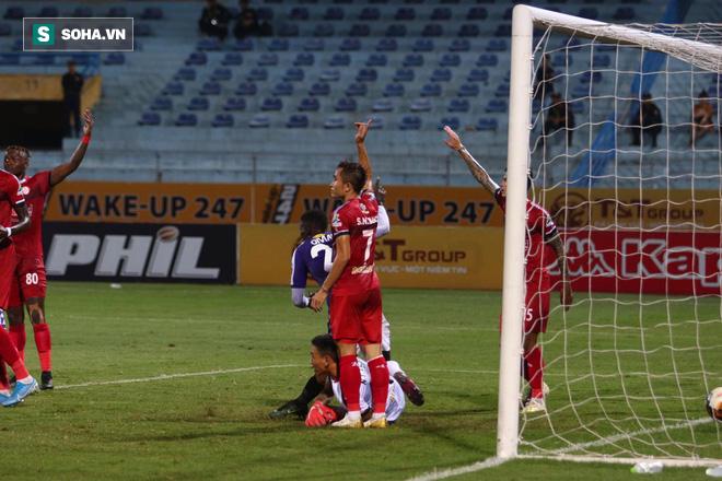 Hà Nội ghi bàn thắng ma, HLV Hàn Quốc có phản ứng lạ khi cầu thủ TP HCM quây trọng tài - Ảnh 6.