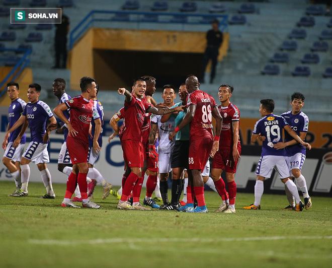 Hà Nội ghi bàn thắng ma, HLV Hàn Quốc có phản ứng lạ khi cầu thủ TP HCM quây trọng tài - Ảnh 11.