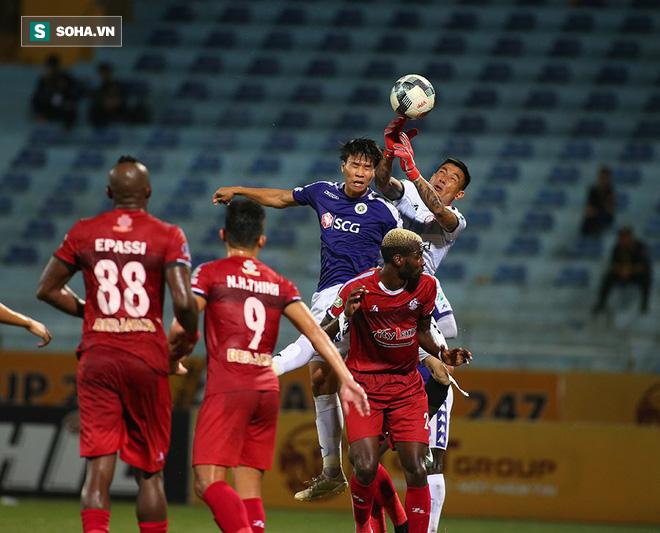 Hà Nội ghi bàn thắng ma, HLV Hàn Quốc có phản ứng lạ khi cầu thủ TP HCM quây trọng tài - Ảnh 1.
