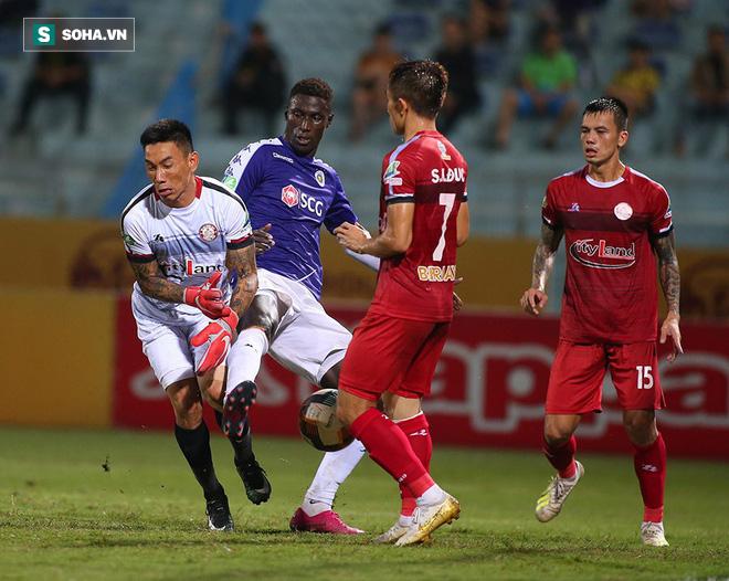 Hà Nội ghi bàn thắng ma, HLV Hàn Quốc có phản ứng lạ khi cầu thủ TP HCM quây trọng tài - Ảnh 4.