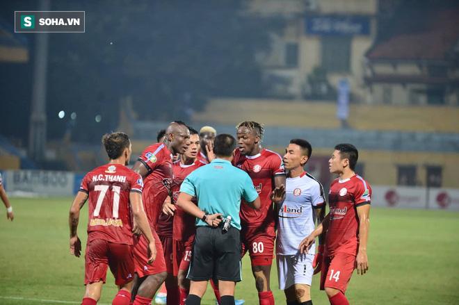 Hà Nội ghi bàn thắng ma, HLV Hàn Quốc có phản ứng lạ khi cầu thủ TP HCM quây trọng tài - Ảnh 9.