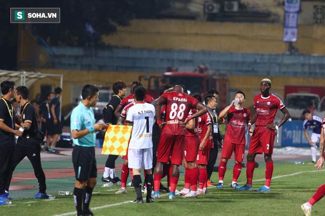 Hà Nội ghi bàn thắng ma, HLV Hàn Quốc có phản ứng lạ khi cầu thủ TP HCM quây trọng tài - Ảnh 14.