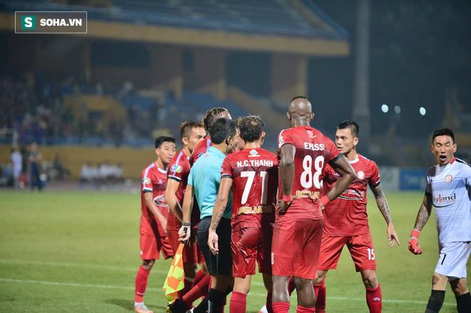 Hà Nội ghi bàn thắng ma, HLV Hàn Quốc có phản ứng lạ khi cầu thủ TP HCM quây trọng tài - Ảnh 10.