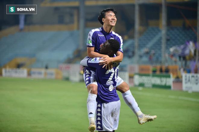 Hà Nội ghi bàn thắng ma, HLV Hàn Quốc có phản ứng lạ khi cầu thủ TP HCM quây trọng tài - Ảnh 8.
