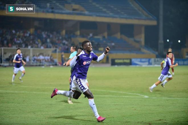 Hà Nội ghi bàn thắng ma, HLV Hàn Quốc có phản ứng lạ khi cầu thủ TP HCM quây trọng tài - Ảnh 7.