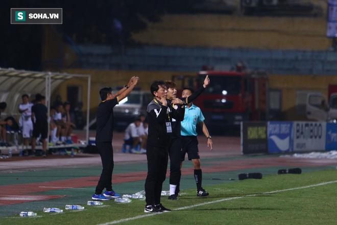 Hà Nội ghi bàn thắng ma, HLV Hàn Quốc có phản ứng lạ khi cầu thủ TP HCM quây trọng tài - Ảnh 12.