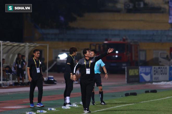Hà Nội ghi bàn thắng ma, HLV Hàn Quốc có phản ứng lạ khi cầu thủ TP HCM quây trọng tài - Ảnh 13.