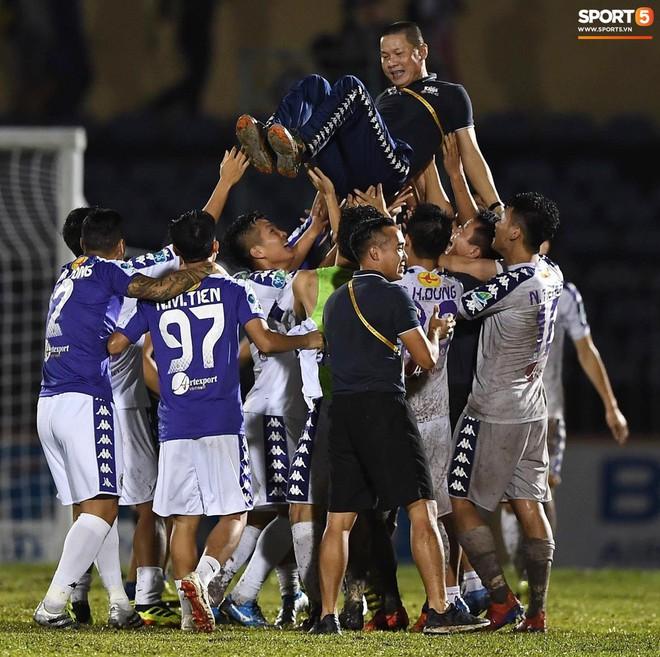 Từ Hà Lan, Văn Hậu cùng hưởng niềm vui vô địch với Hà Nội FC bằng cách đặc biệt này - Ảnh 1.