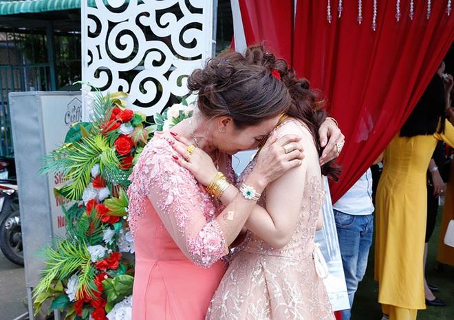 Con gái một đi lấy chồng xa, khoảnh khắc mẹ đẻ ôm cô dâu khóc nghẹn trong ngày vu quy gây xúc động  - Ảnh 3.