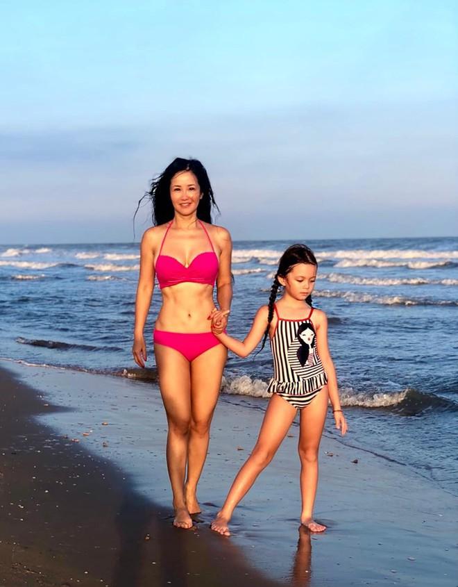 Diva Hồng Nhung diện bikini hai mảnh, khoe cơ bụng hoàn hảo ở độ tuổi U50 - Ảnh 1.