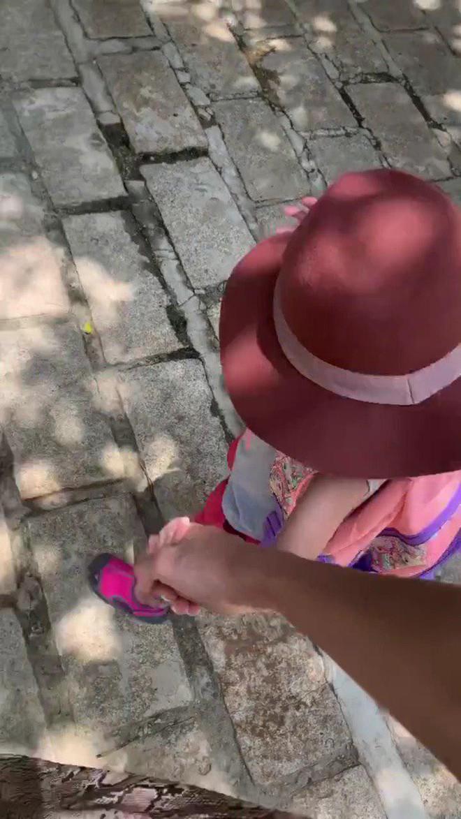 Tăng Thanh Hà dắt con gái đi học, vô tình làm lộ gương mặt cô bé vì sự cố bất ngờ - Ảnh 1.
