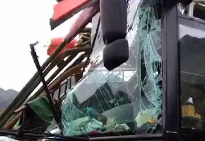 Hiện trường kinh hoàng xe khách giường nằm tông xe tải khiến 16 người thương vong - Ảnh 4.