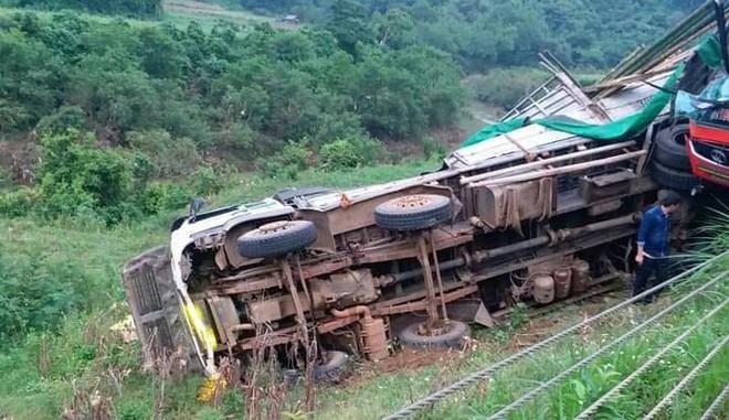 Hiện trường kinh hoàng xe khách giường nằm tông xe tải khiến 16 người thương vong - Ảnh 2.