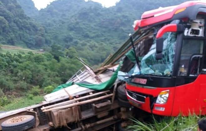 Hiện trường kinh hoàng xe khách giường nằm tông xe tải khiến 16 người thương vong - Ảnh 1.