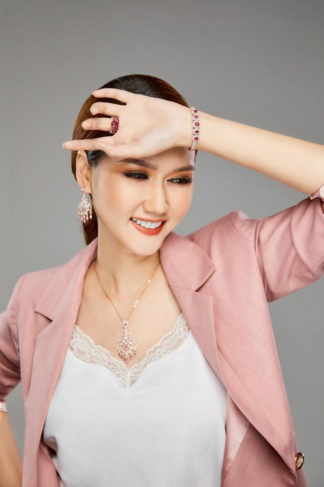 MC Hương Giang nói về mối quan hệ với bạn trai kém tuổi: Chuyện tình cảm hiện nay đang bùng nhùng lắm - Ảnh 9.