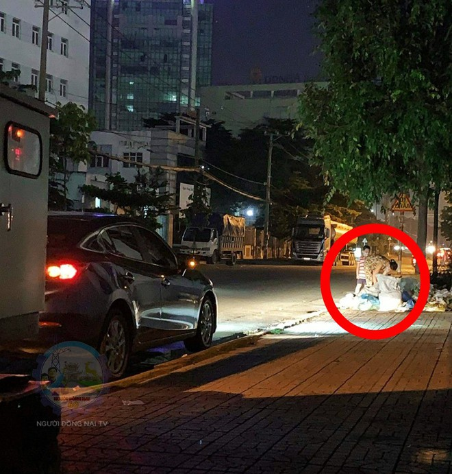 Chủ xe ô tô thấy hai mẹ con đang lục túi rác bên đường và hành động khiến ai cũng khen ngợi - Ảnh 1.