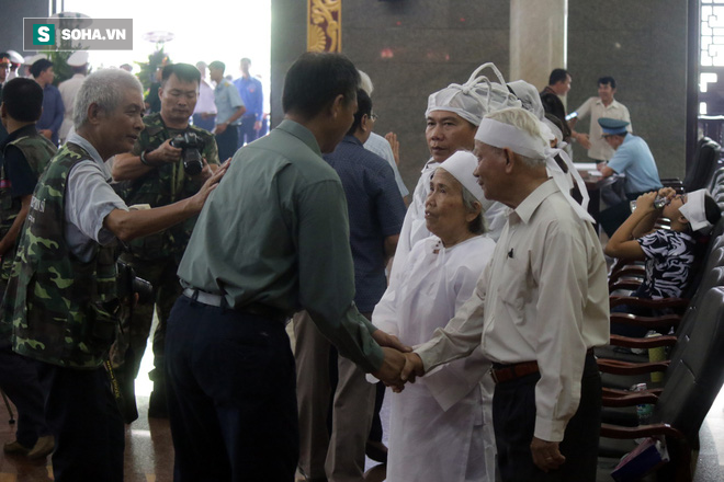 [Ảnh] Xúc động những người đồng đội chào tiễn biệt phi công huyền thoại Nguyễn Văn Bảy - Ảnh 9.