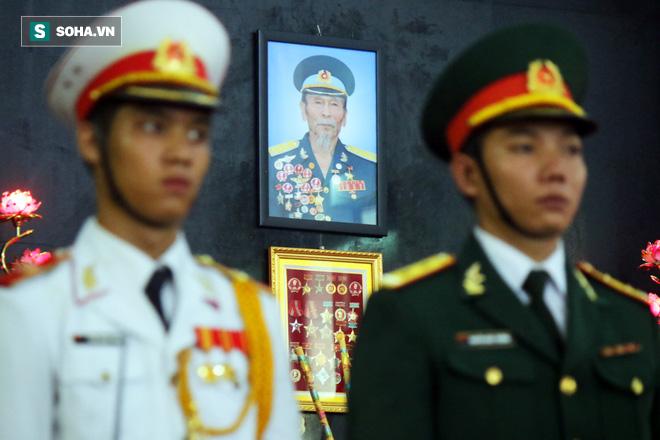 [Ảnh] Xúc động những người đồng đội chào tiễn biệt phi công huyền thoại Nguyễn Văn Bảy - Ảnh 3.