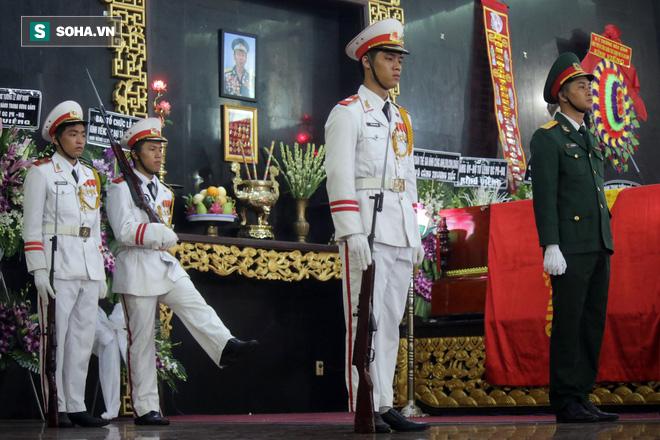 [Ảnh] Xúc động những người đồng đội chào tiễn biệt phi công huyền thoại Nguyễn Văn Bảy - Ảnh 4.