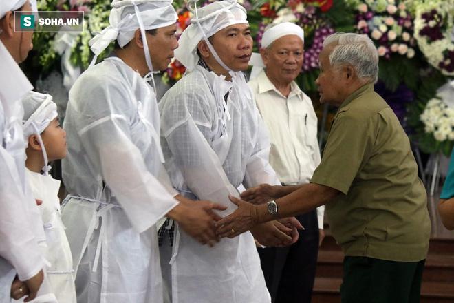 [Ảnh] Xúc động những người đồng đội chào tiễn biệt phi công huyền thoại Nguyễn Văn Bảy - Ảnh 6.