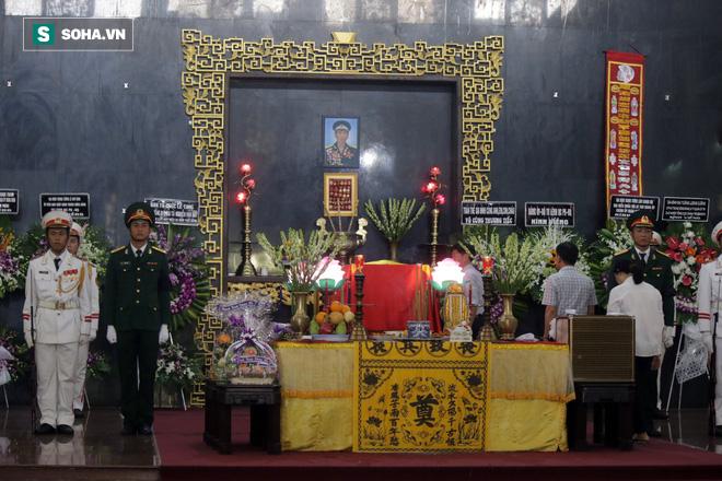 [Ảnh] Xúc động những người đồng đội chào tiễn biệt phi công huyền thoại Nguyễn Văn Bảy - Ảnh 2.
