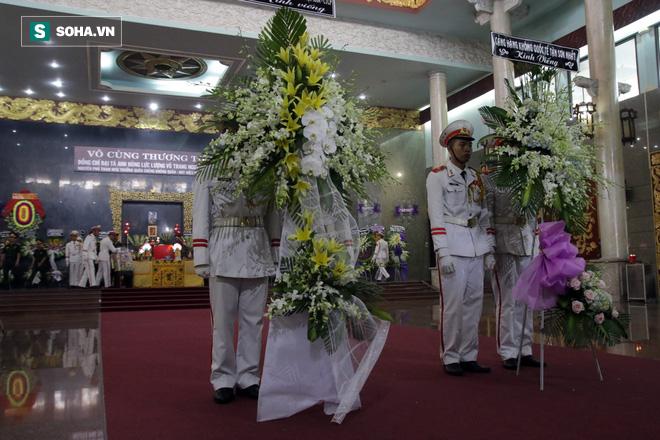 [Ảnh] Xúc động những người đồng đội chào tiễn biệt phi công huyền thoại Nguyễn Văn Bảy - Ảnh 1.