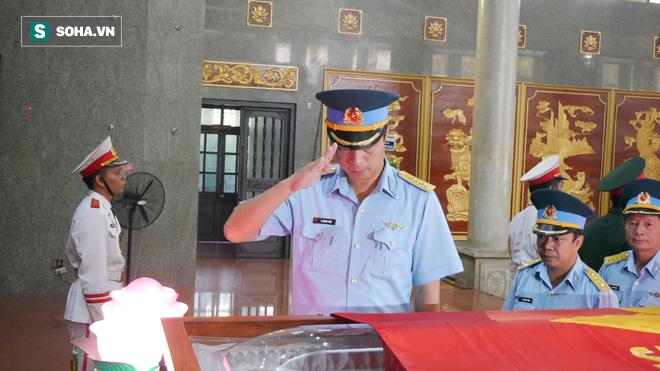 [Ảnh] Xúc động những người đồng đội chào tiễn biệt phi công huyền thoại Nguyễn Văn Bảy - Ảnh 7.