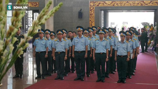 [Ảnh] Xúc động những người đồng đội chào tiễn biệt phi công huyền thoại Nguyễn Văn Bảy - Ảnh 5.