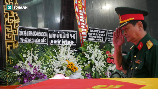 [Ảnh] Xúc động những người đồng đội chào tiễn biệt phi công huyền thoại Nguyễn Văn Bảy - Ảnh 8.