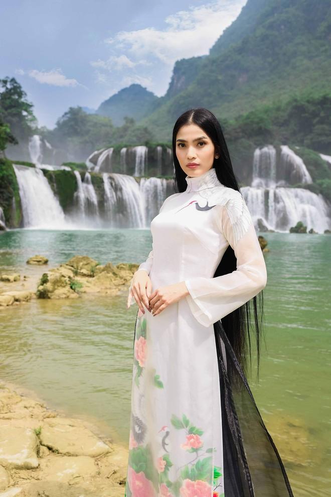 Sao Việt chụp ảnh kỷ niệm trên đường đi tặng sách - Ảnh 2.
