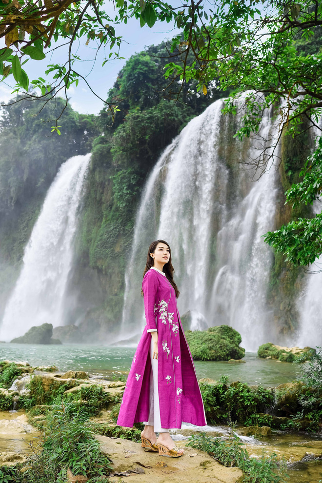Sao Việt chụp ảnh kỷ niệm trên đường đi tặng sách - Ảnh 4.