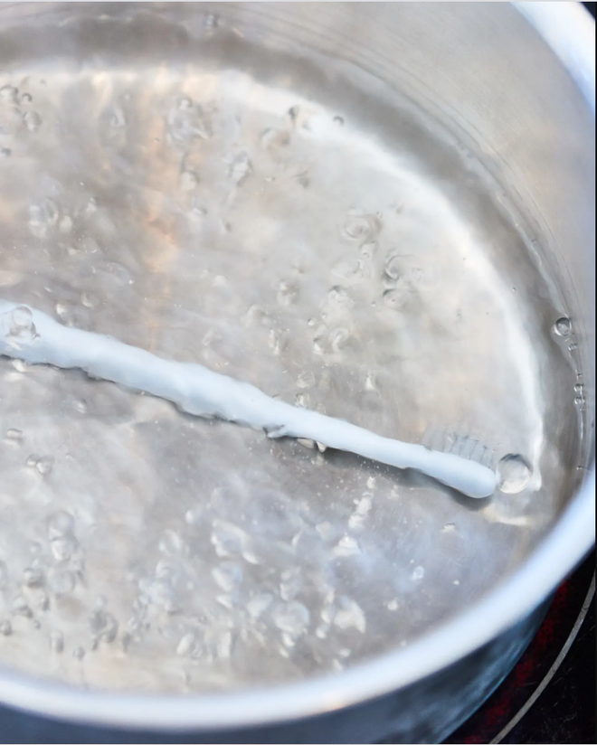 Chớ vội vứt đi chiếc bàn chải đánh răng đã cũ, để lại làm công cụ vệ sinh tuyệt vời chỉ với mẹo hữu ích này - Ảnh 2.
